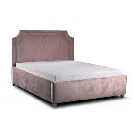 różowe łóżko do klasycznej sypialni